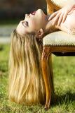 Menina apaixonado atrativa no vestido do pêssego Imagem de Stock Royalty Free