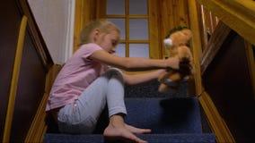 menina apenas em casa filme