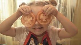 A menina aplicou-se à cara para tomates dos olhos filme