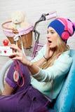 A menina aprecia a música de escuta nos auscultadores Fotografia de Stock Royalty Free