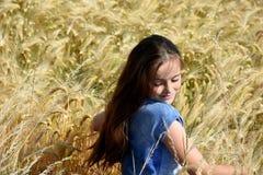 A menina aprecia a natureza Fotos de Stock Royalty Free