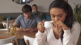 A menina aprecia o café que bebe no café video estoque