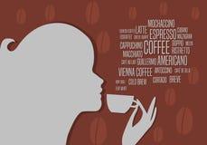 A menina aprecia o café Silhueta da menina com bebidas da xícara de café Imagens de Stock Royalty Free