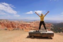 A menina aprecia a paisagem no parque nacional da garganta de Bryce Imagem de Stock