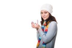 A menina aprecia seu copo do chá no fundo branco Fotos de Stock Royalty Free