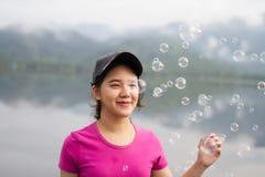 A menina apreciam seu lifestlye e felizes tailandeses com bolhas de ar Foto de Stock