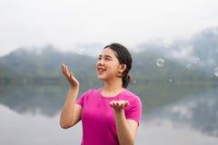 A menina apreciam seu lifestlye e felizes tailandeses com bolhas de ar Foto de Stock Royalty Free