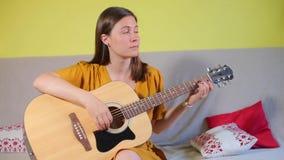 A menina aprende jogar a guitarra simples filme