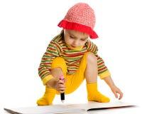 A menina aprende pintar no álbum. imagens de stock