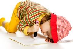 A menina aprende pintar no álbum. fotos de stock