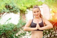 Menina apta e desportiva que faz esportes no parque Woma do esporte da aptidão Fotografia de Stock Royalty Free