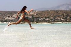 Menina apta que corre na praia Fotografia de Stock Royalty Free