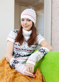 A menina aquece a casa no inverno imagens de stock royalty free
