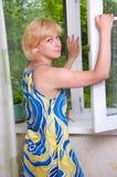 A menina areja o apartamento Foto de Stock
