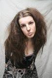 Menina arrepiante desgrenhado no fundo amarrotado cinza Imagens de Stock Royalty Free