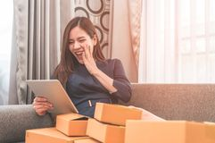 A menina asiática é viciado à compra em linha, completa das caixas Foto de Stock Royalty Free