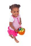 Menina asiática africana que guardara o ovo do éster do chocolate foto de stock royalty free