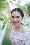 A menina asiática aprecia seu tempo feliz Imagem de Stock