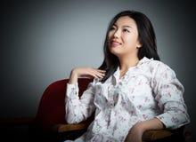 Menina asiática atrativa 20s no fundo do branco do isolado do teatro Fotos de Stock