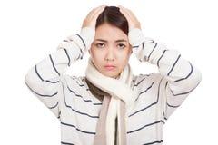 A menina asiática bonita com lenço obteve a dor de cabeça Fotografia de Stock Royalty Free
