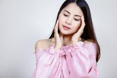 Menina asiática bonita com pele saudável Conceito de Skincare Mulher asiática nova de sorriso bonita com limpo, o fresco, fulgor, fotos de stock