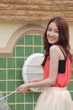 Menina asiática bonita do retrato que guarda o guarda-chuva Fotografia de Stock Royalty Free