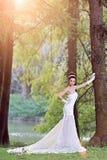 Menina asiática bonita em um vestido de casamento que mostra momentos felizes imagens de stock royalty free