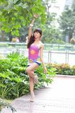 A menina asiática bonita mostra sua juventude no parque fotos de stock royalty free