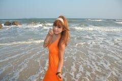 Menina asiática bonita na praia Imagens de Stock Royalty Free