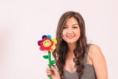Menina asiática bonita no vestido curto com flor foto de stock