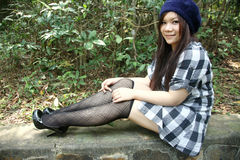 Menina asiática bonita que olha o visor Fotografia de Stock