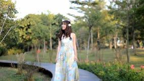 Menina asiática bonita que rodopia na dança de madeira da estrada vídeos de arquivo