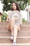 Menina asiática bonita que senta-se em um parque Imagens de Stock