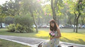 Menina asiática bonita que sorri na luz do sol video estoque