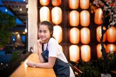 A menina asiática bonita toma uma foto do selfie Fotografia de Stock Royalty Free
