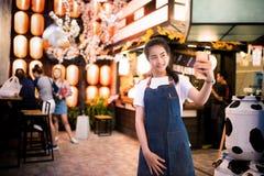A menina asiática bonita toma uma foto do selfie Imagem de Stock