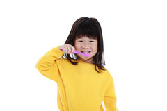 Menina asiática bonito do close up com uma escova de dentes à disposição que vai escovar imagem de stock royalty free