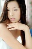 Menina asiática bonito em uma toalha Fotos de Stock