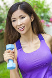 Menina asiática chinesa da mulher que exercita com pesos Imagens de Stock Royalty Free