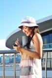 Menina asiática chinesa pequena com telefone Fotografia de Stock Royalty Free