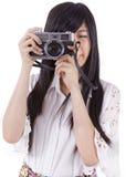 Menina asiática com a câmera retro do vintage. fotos de stock