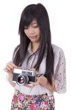 Menina asiática com a câmera retro do vintage. imagens de stock royalty free