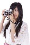 Menina asiática com a câmera retro do vintage. foto de stock