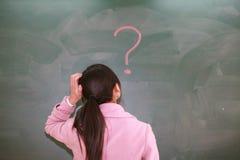 Menina asiática com um ponto de interrogação vermelho Imagens de Stock Royalty Free
