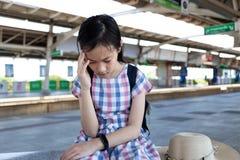 Menina asiática com vertigem, vertigem, enxaqueca, menina deprimida doente s foto de stock