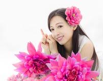 A menina asiática compõe o modelo dos termas nas flores Foto de Stock Royalty Free