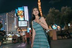 Menina asiática da cidade que anda na rua na noite fotografia de stock