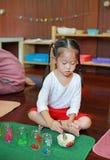 Menina asiática da criança com capacidade do teste no jardim de infância Aprendizagem contar fotos de stock royalty free