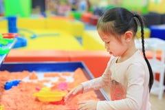 Menina asiática da criança que joga a areia cinética foto de stock royalty free