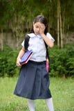 Menina asiática da escola da preparação infeliz com cadernos foto de stock royalty free